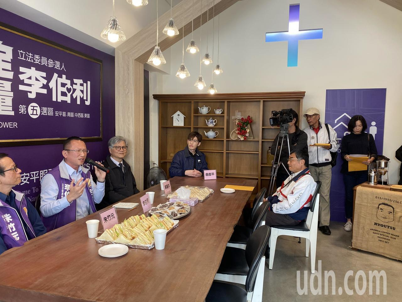 安定力量推舉參選台南市第5選區立委的李伯利安平服務處啟用,像是教會的聚會場所。記...