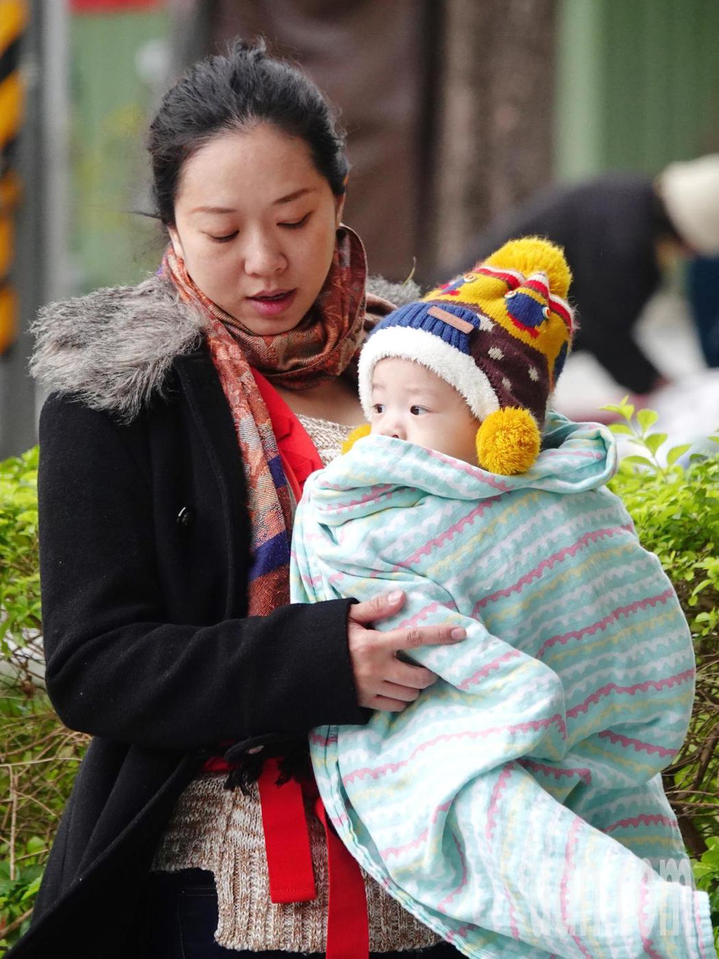 台北街頭民眾紛紛穿起冬衣禦寒。本報資料照片