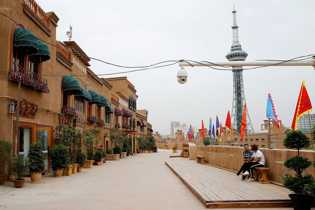 新疆喀什格爾主要道路上方,裝設了監控攝影機。 路透