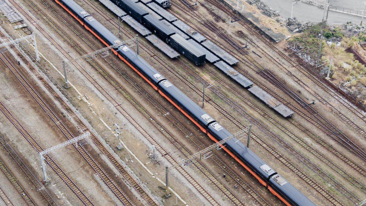 台鐵全新觀光列車尊榮黑搭配質感橘的外觀,獲好評。圖/台灣鐵路管理局與柏成設計公司...