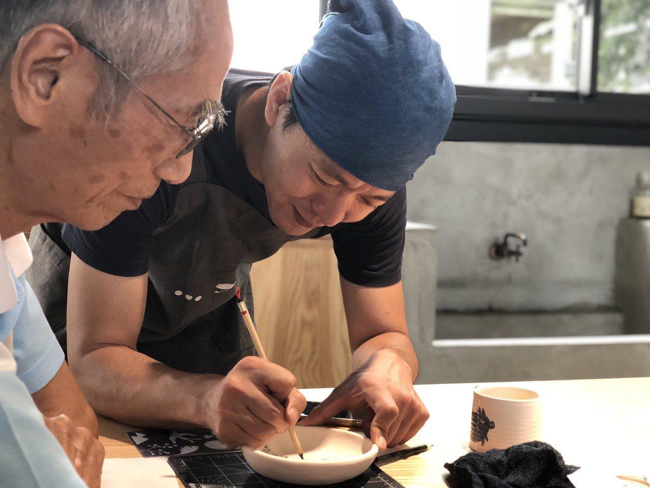 陶藝家李哲榮指導體驗青花彩繪的學員。有行旅提供