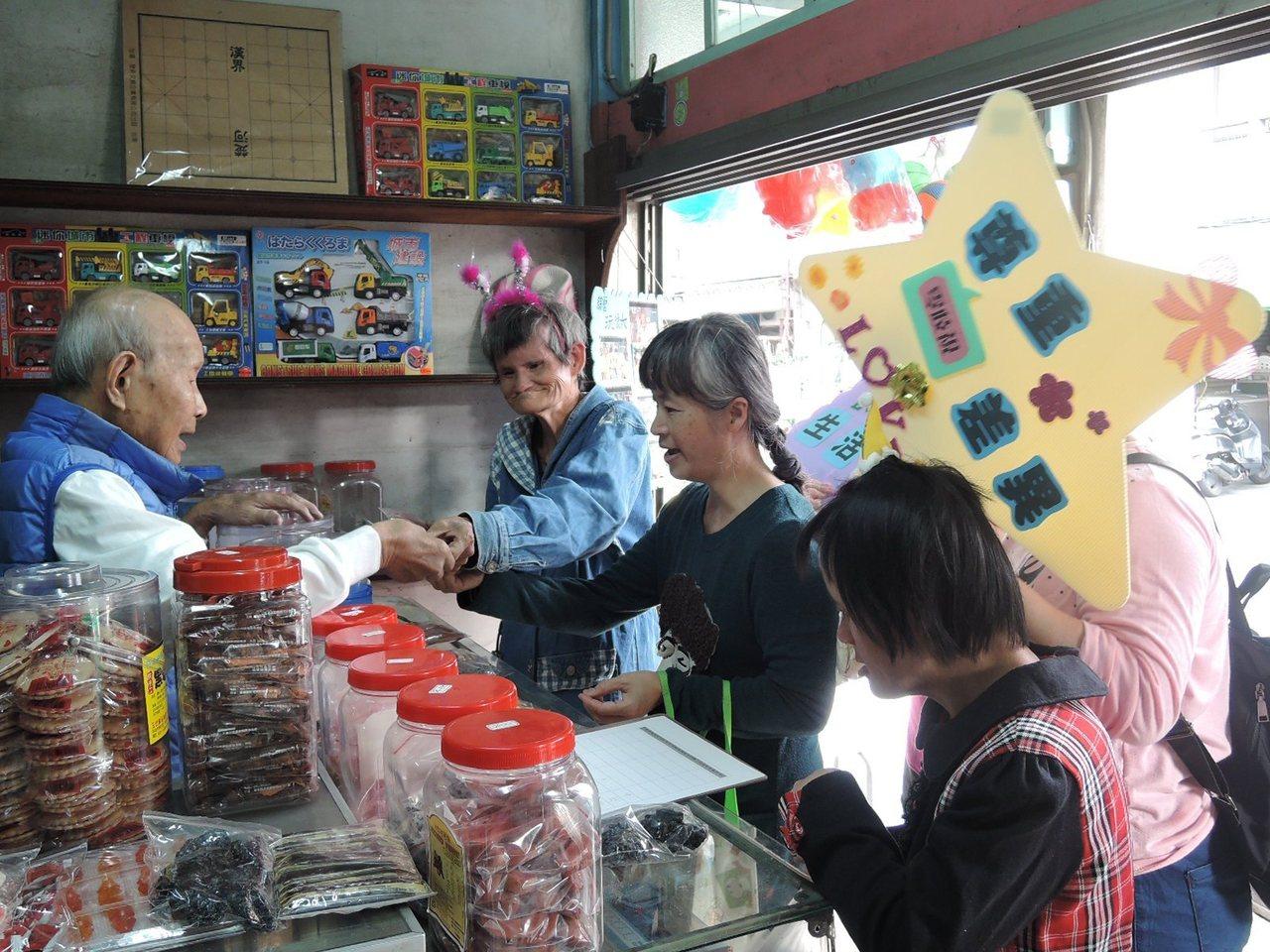 台南教養院生菁寮老街踩街 社區商家送暖同行。圖/台南教養院提供