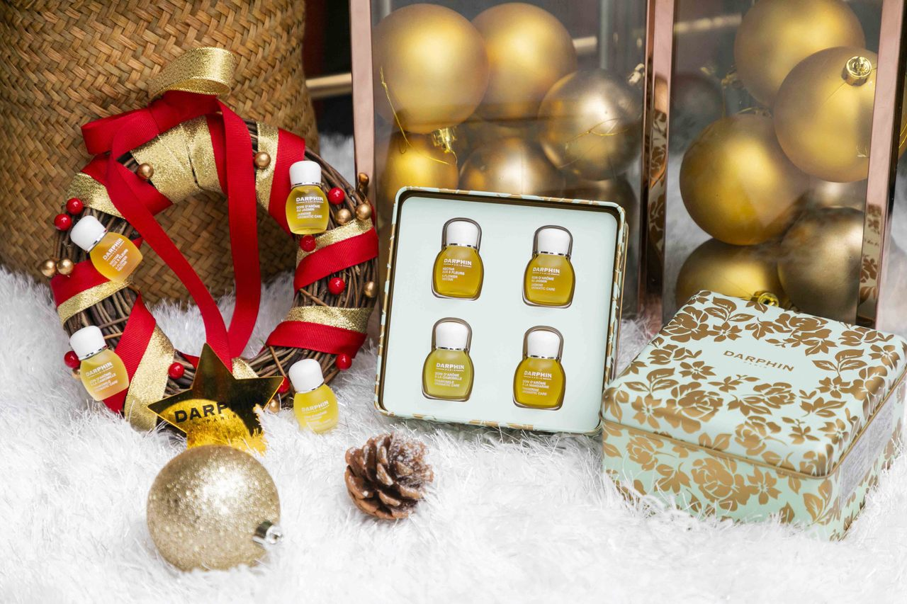 DARPHN迷你精露上市加碼活動-迷你芳香精露限量禮盒與法式金色耶誕花圈。 圖/...