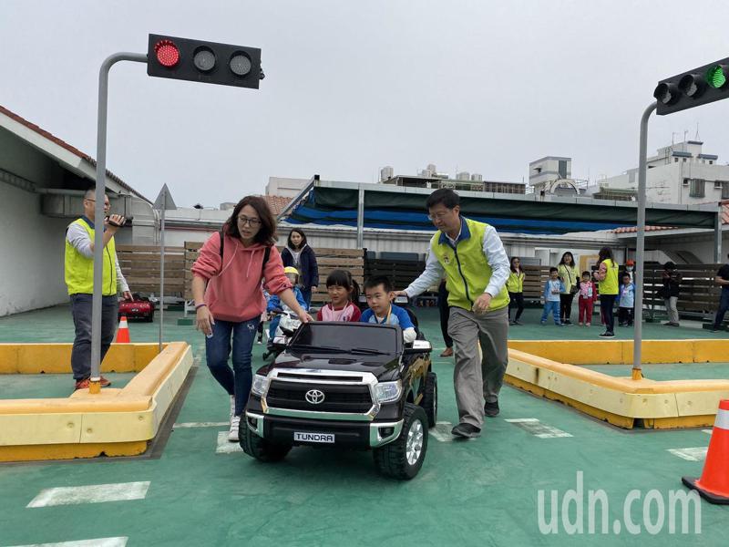 台南市交通局在位於安平區的大台南智慧交通中心內設置「大台南交通教育主題館」,3樓為「兒童駕駛體驗區」。記者鄭維真/攝影