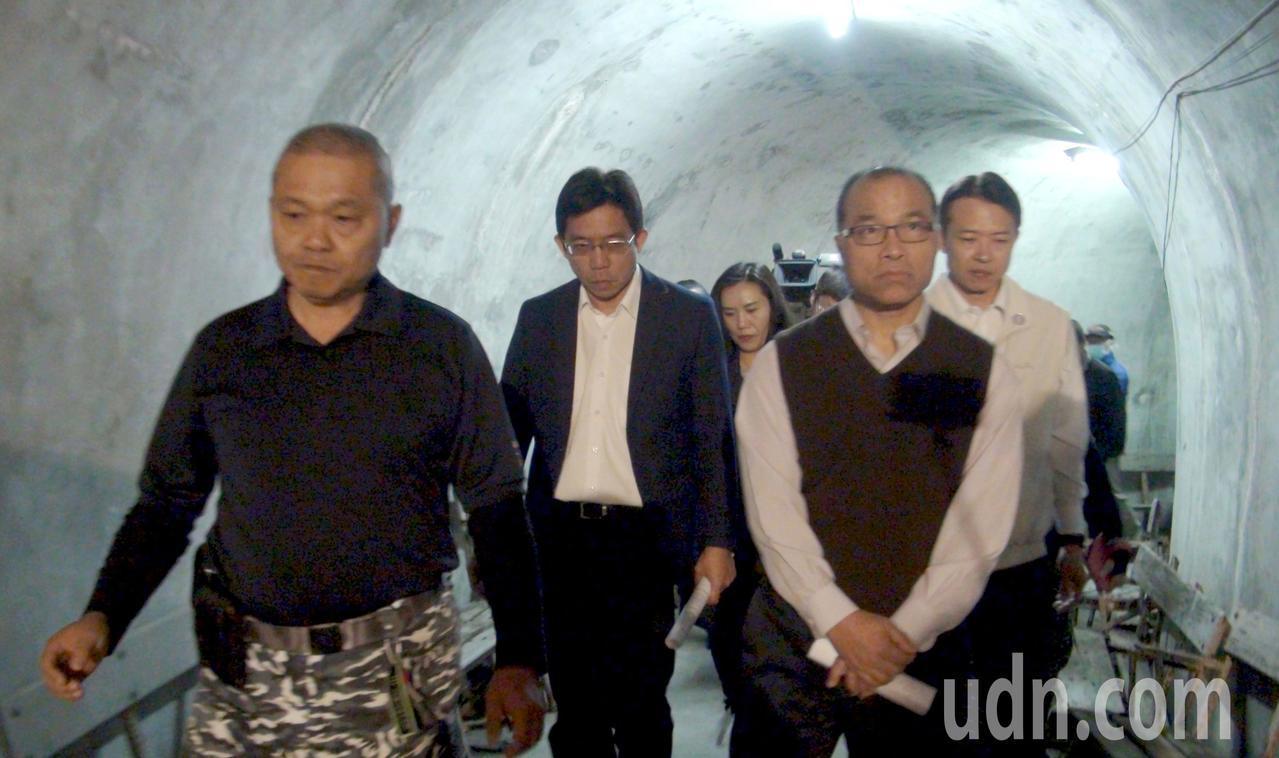 高雄市副市長葉匡時(前左二)巡視軍事觀光景點鼓山洞。記者楊濡嘉/攝影