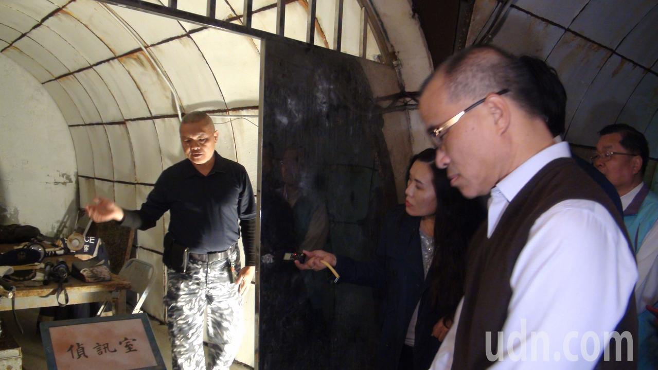 高雄市副市長葉匡時(右)巡視軍事觀光景點鼓山洞時,思考洞內的偵訊室可以做更多元的...