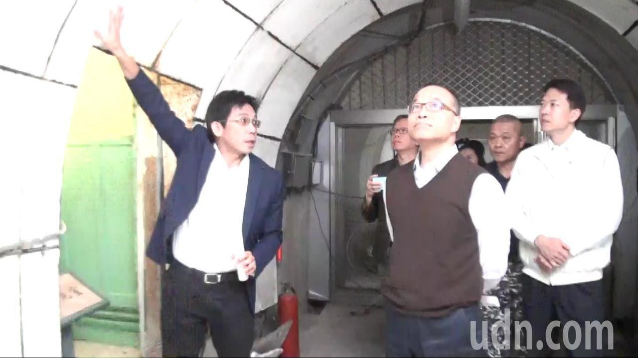高雄市副市長葉匡時(中)巡視軍事觀光景點鼓山洞,觀光局長邱俊龍(左)說明洞壁有厚...