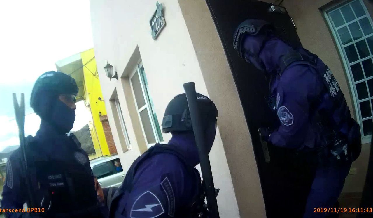 高、屏警方破門攻堅,查獲供越南人賭博的網站機房。記者林保光/翻攝