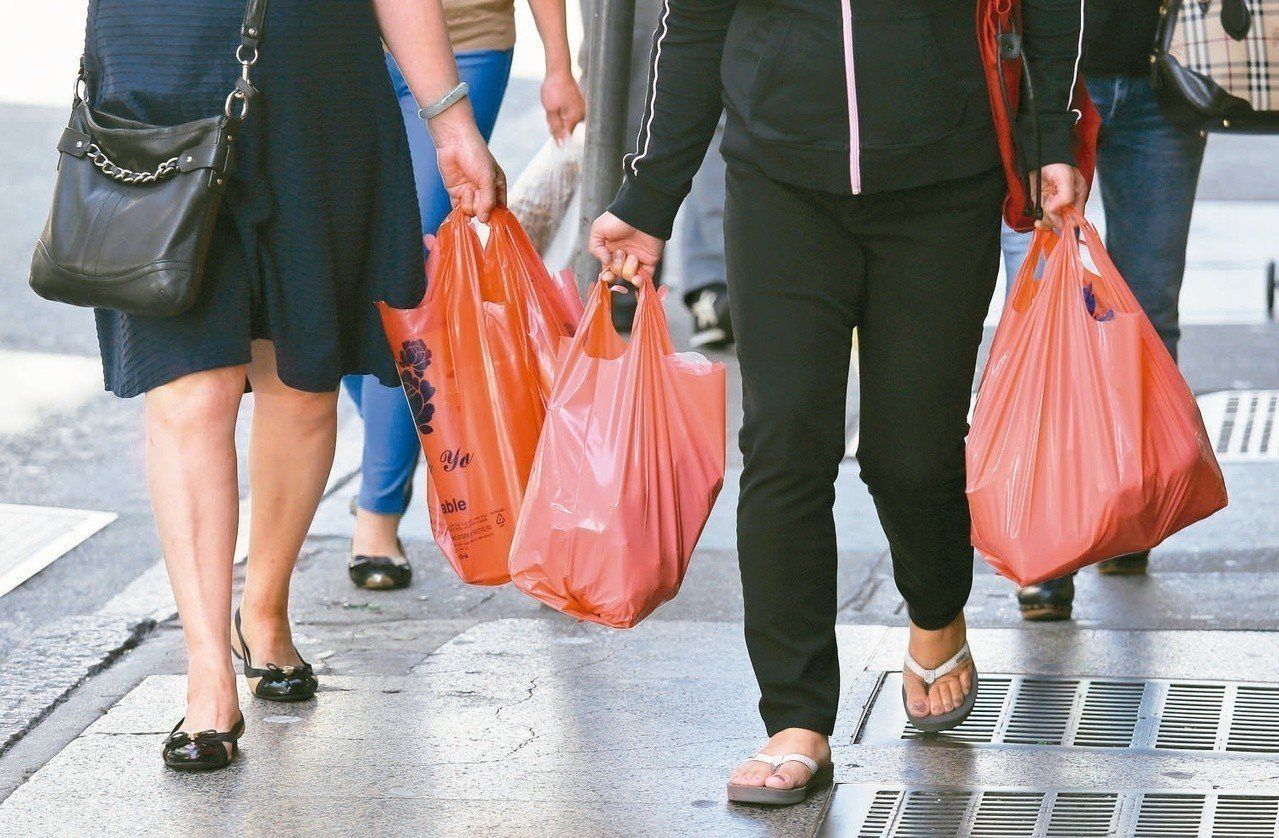 老榮民買高麗菜多要一只塑膠袋,卻被攤商員工推倒喪,攤商要關3年10月徒刑定讞。示...
