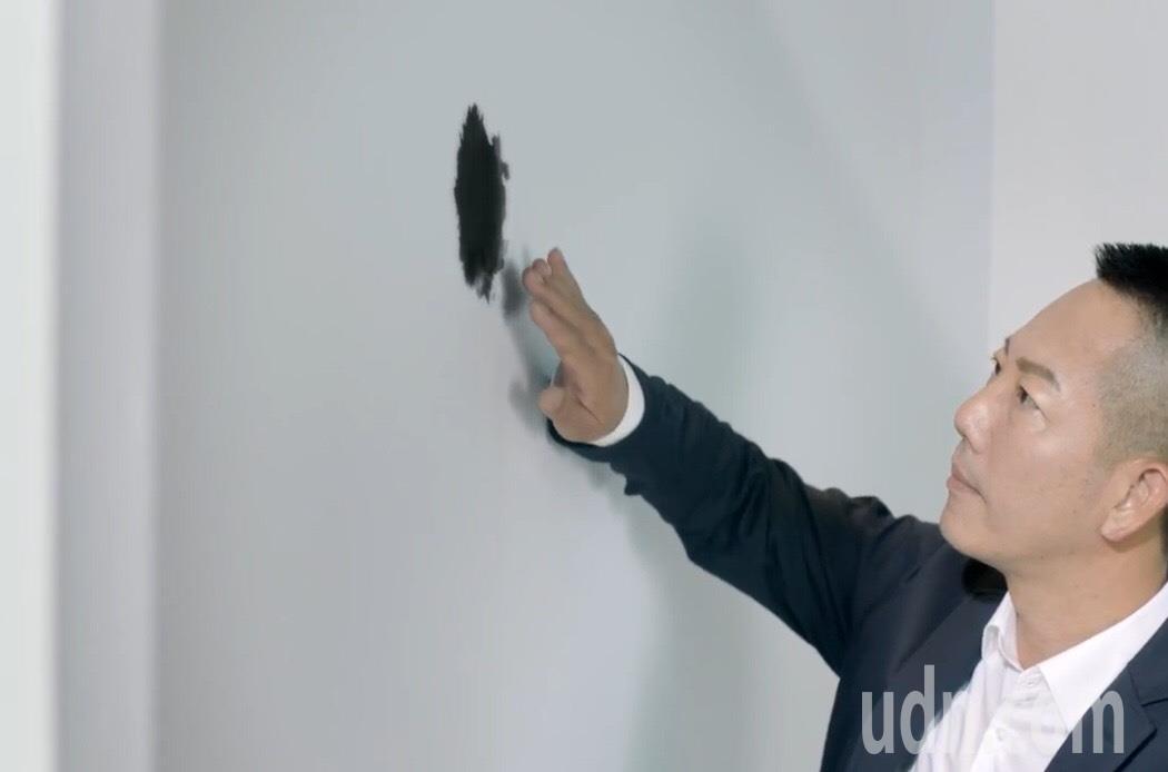 國民黨彰化縣第二選區立委參選人張瀚天,今天推出競選影片「汙點篇」,輕抹白牆的一個...