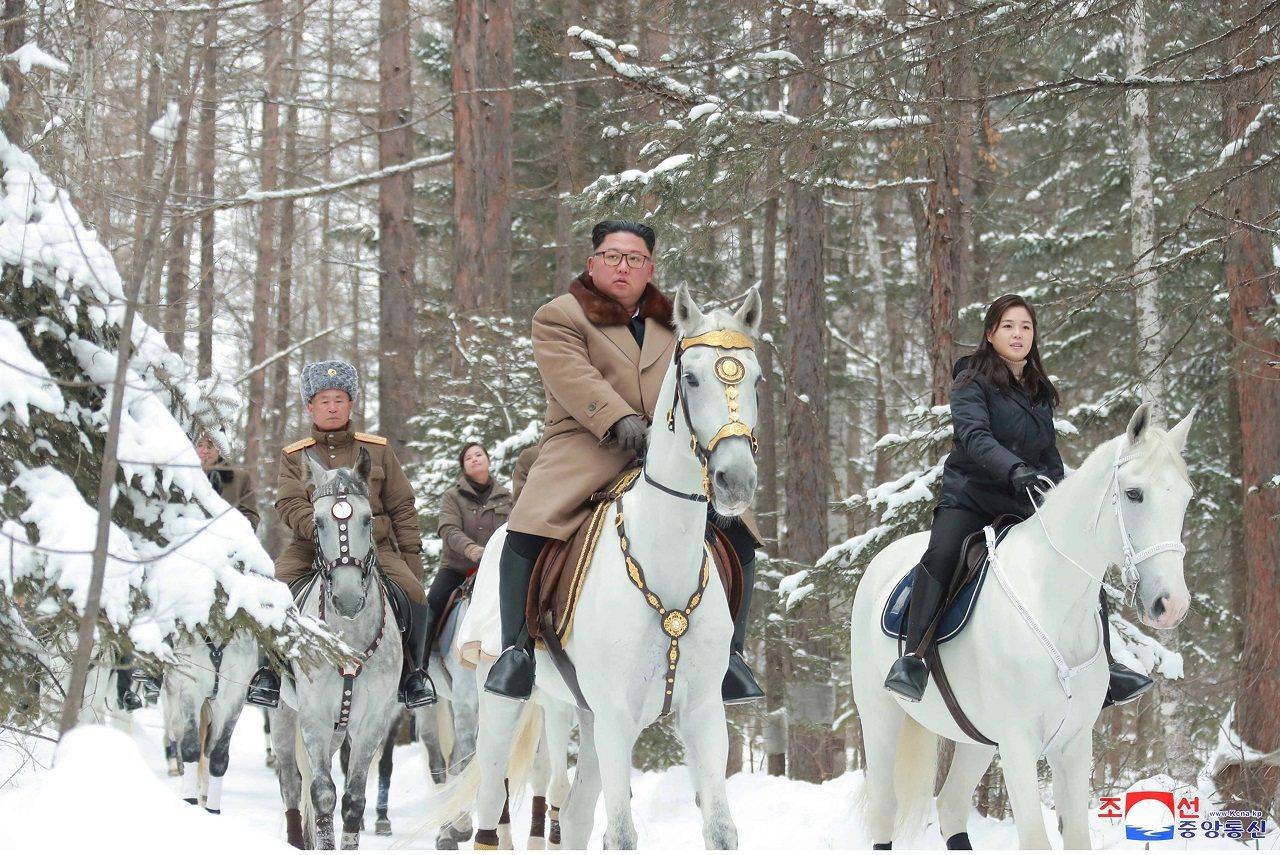 北韓官媒《朝中社》4日發布金正恩率夫人以及手下高官一同騎馬登白頭山的照片。北韓將...