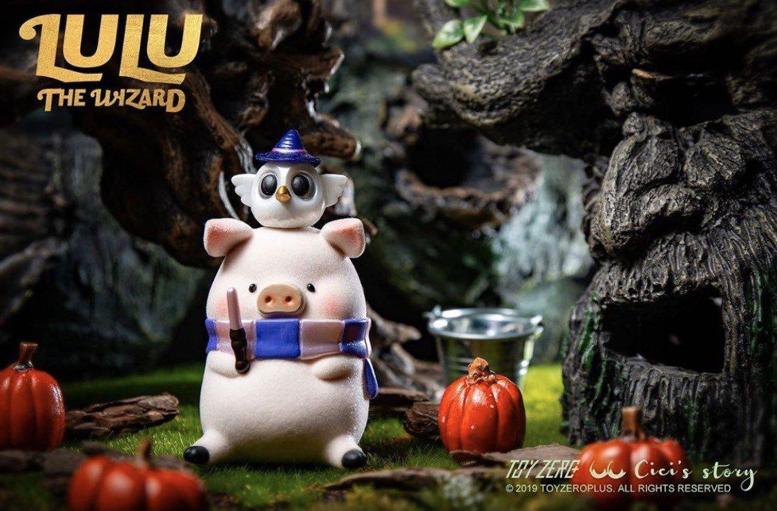 小豬LuLu手持粉色魔杖,配上魔法師專屬貓頭鷹。圖/取自 toyzeroplu...