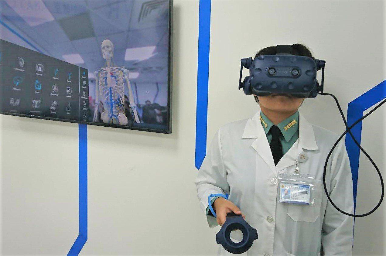 國防醫學院與HTC合作首創全台最大混合實境解剖學教室,學生只要穿戴頭戴式顯示器,...