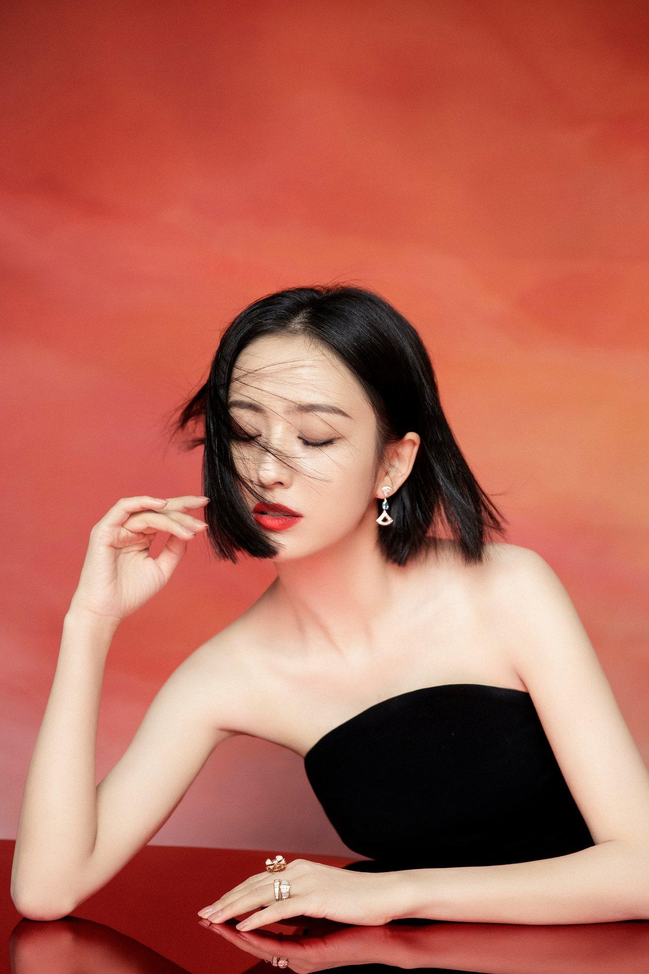 「新疆女神」佟麗婭以黑色抹胸禮服現身紅毯,並搭配了寶格麗(BVLGARI)的Se...
