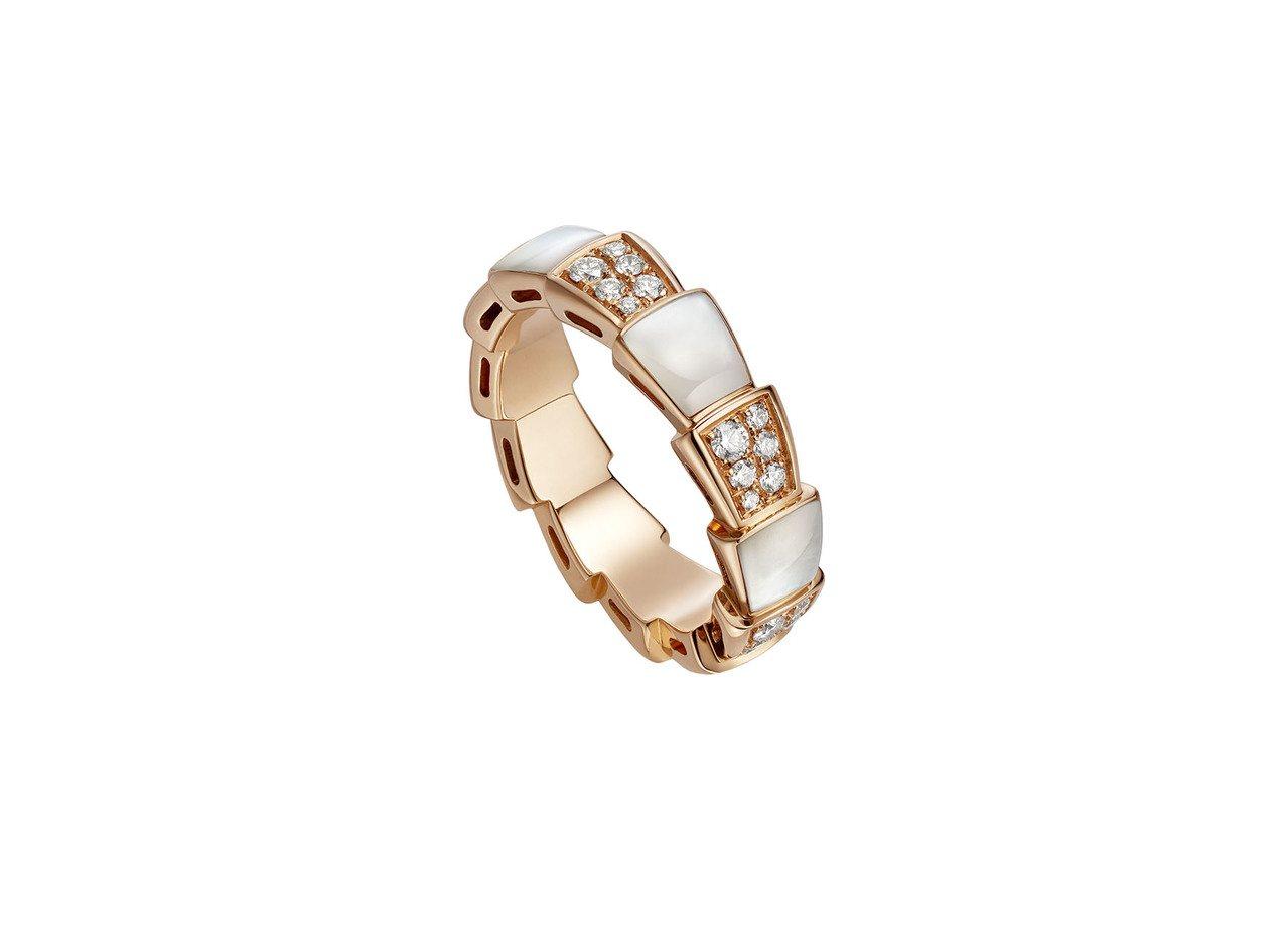 寶格麗Serpenti Viper玫瑰金珍珠母貝鑽石戒指,約14萬2,600元。...