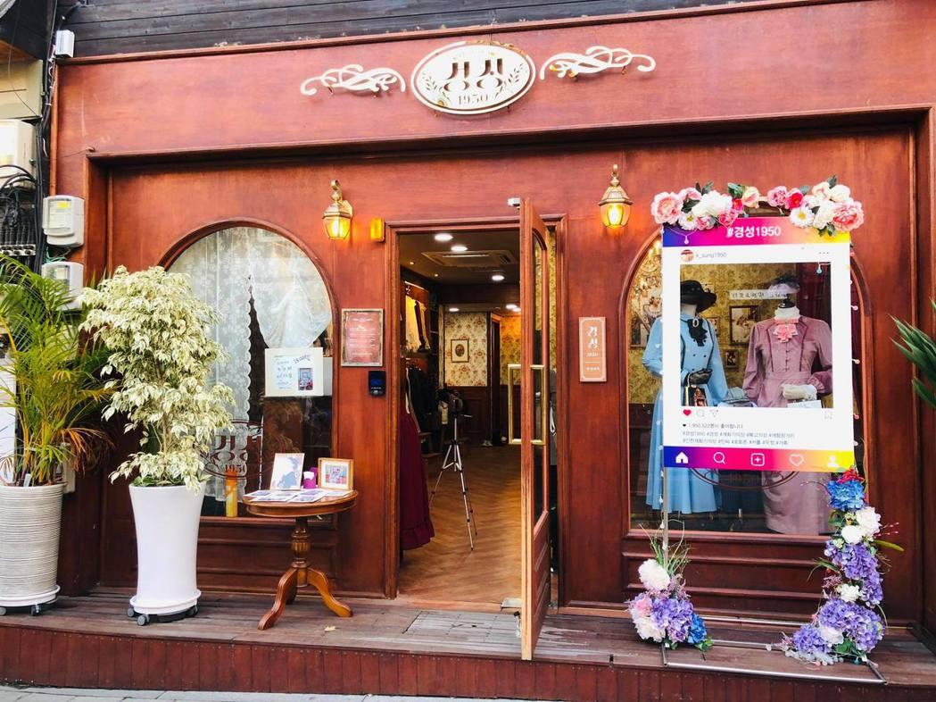 開港場街近期新增提供「開化時期」復古服裝租借的店家,讓民眾換裝拍照。圖/韓國觀光...