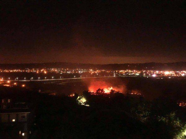 新竹縣台68快速道路芎林往竹東方向約16公里處昨晚發生火災,不少民眾開車經過都從...