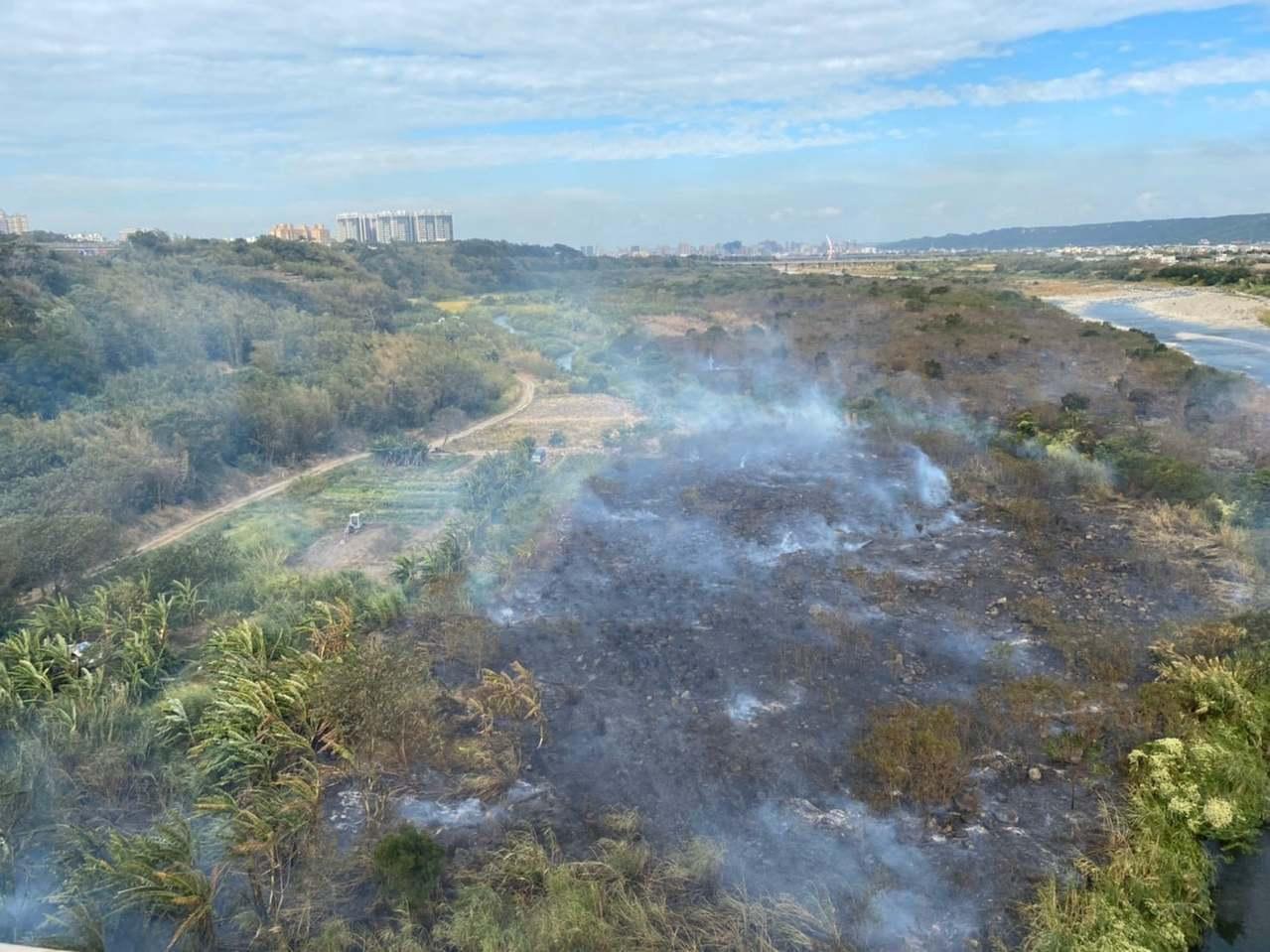 這起雜草火警從昨晚約6點半一直到今天上午10點多,火勢已經大致撲滅,但消防車及人...