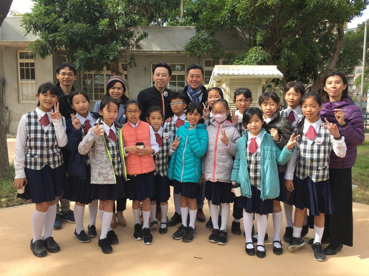新竹市政府今天推出動物園專曲「熟悉的家園」,邀請金曲歌手黃建為重新編曲,希望民眾...