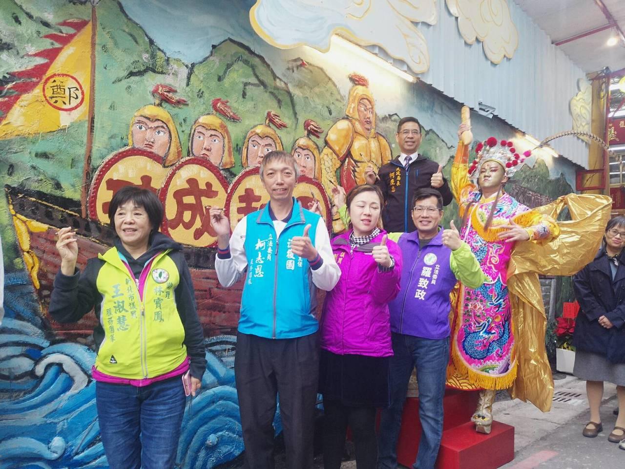 為美化巷道景觀,板橋公所及台藝大師生在延義宮牆面上打造13公尺巨幅彩繪浮雕。圖/...