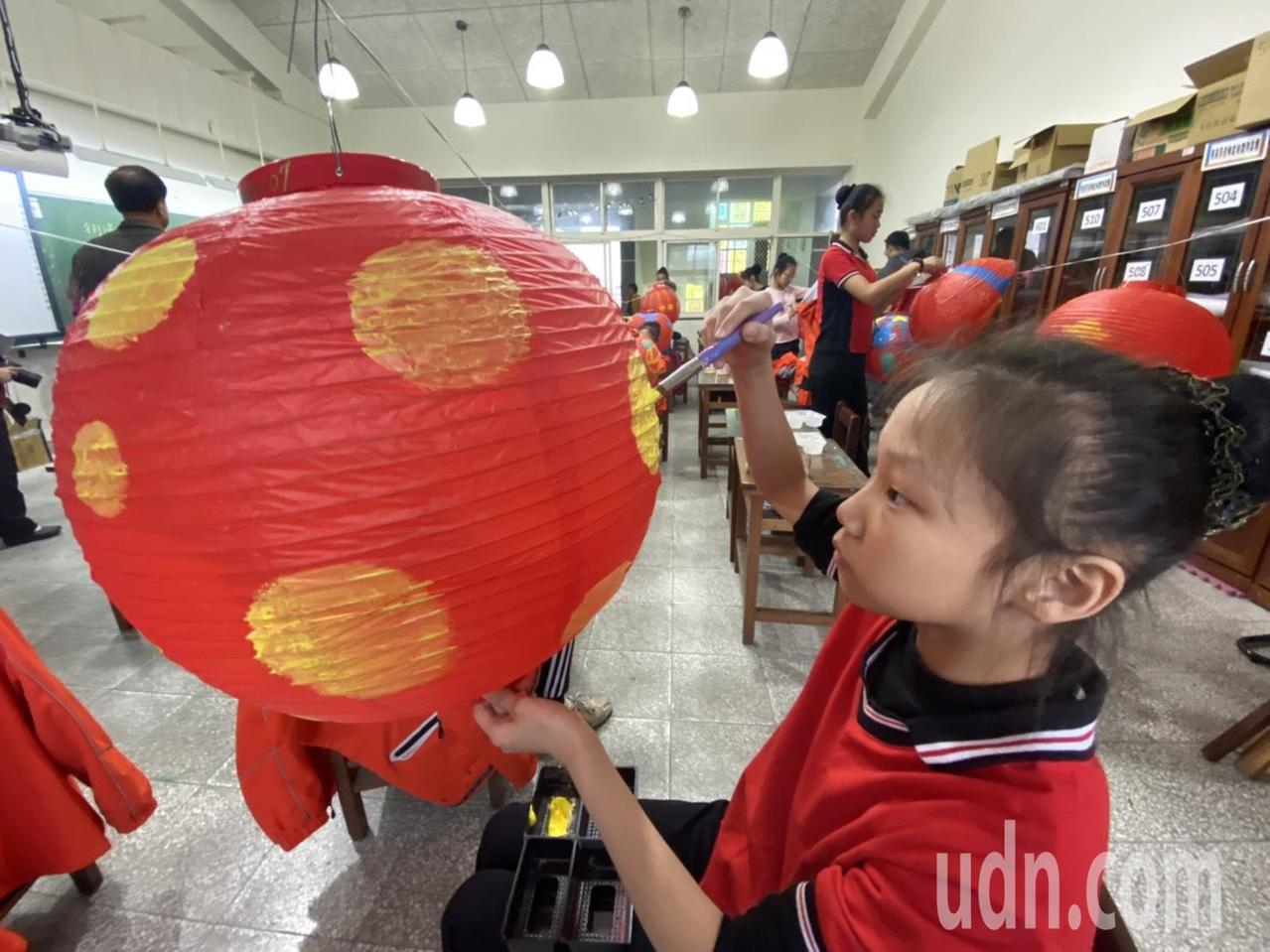 1200個紅燈籠都以手工彩繪,個個有不同主題。記者羅建旺/攝影
