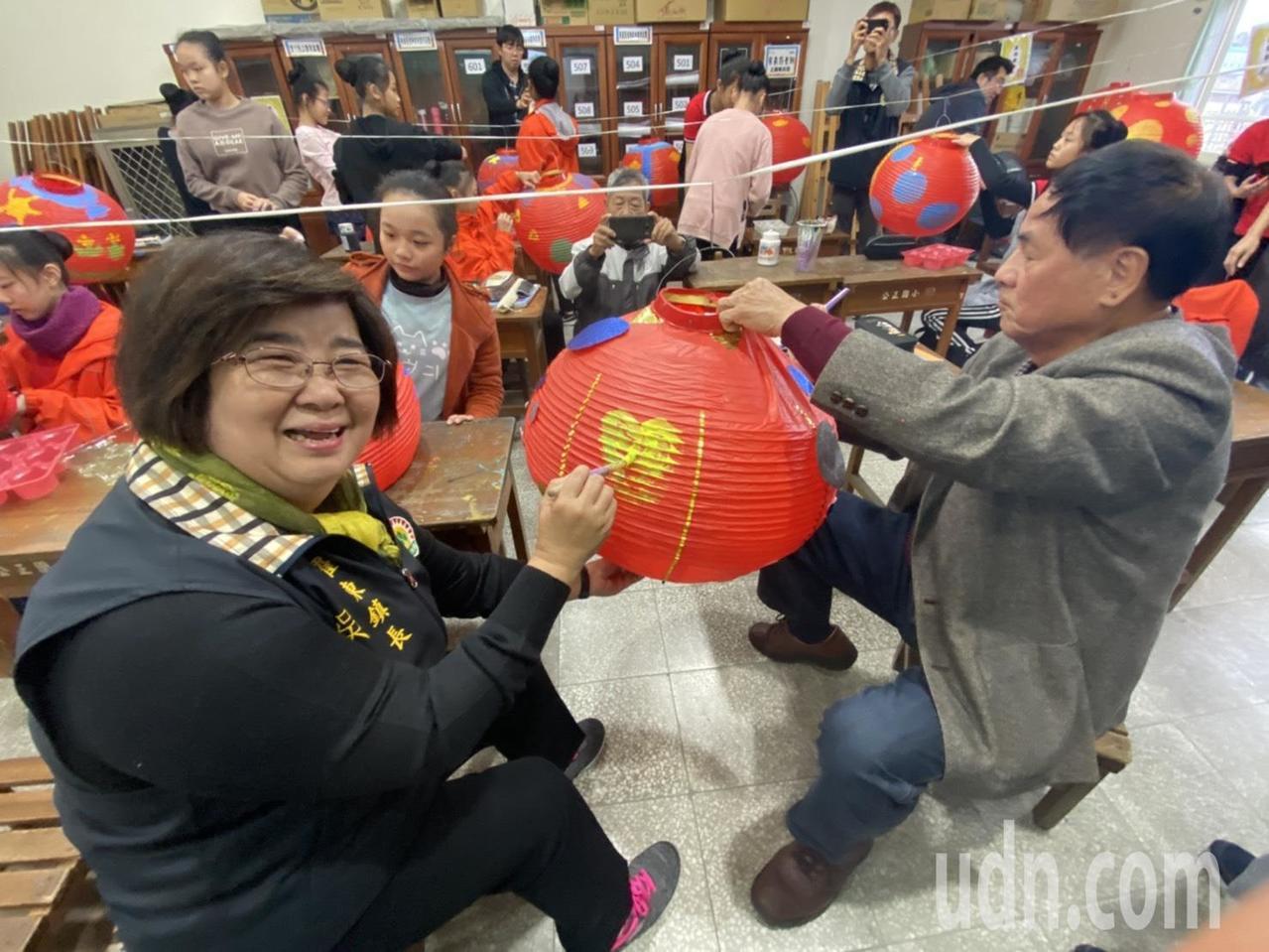 1200個紅燈籠都以手工彩繪,個個有不同主題,羅東鎮長吳秋齡、代表會主席李錫欽等...