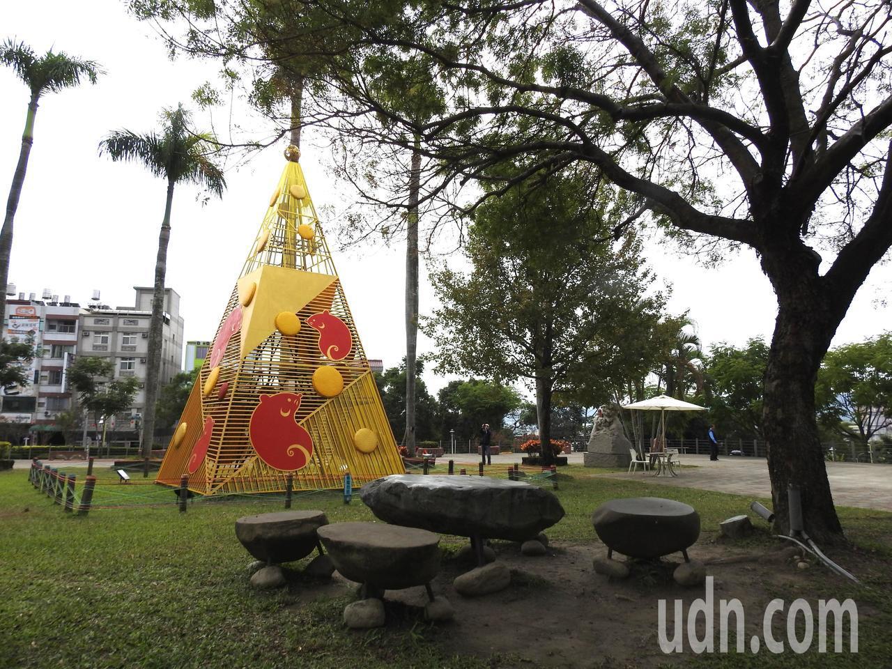 台灣工藝研究發展中心以「偷吃起司的小鼠群」為意象,以竹木打造5米高聖誕樹,8日聖...