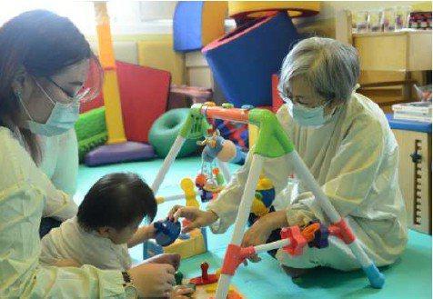 新北市衛生局2015年起建置「新北市兒童發展追蹤系統」,整合兒童13個年齡層篩檢...
