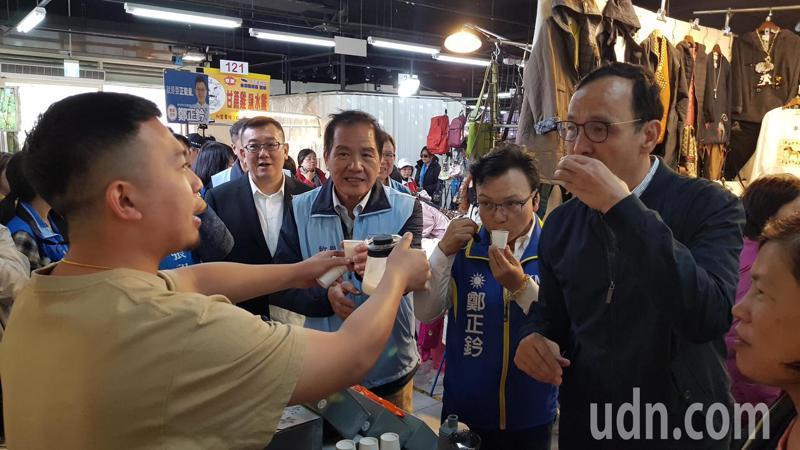 朱立倫陪同竹市立委參選人鄭正鈐到竹蓮市場拜票,試喝攤商的飲品。聯合報記者黃瑞典/攝影