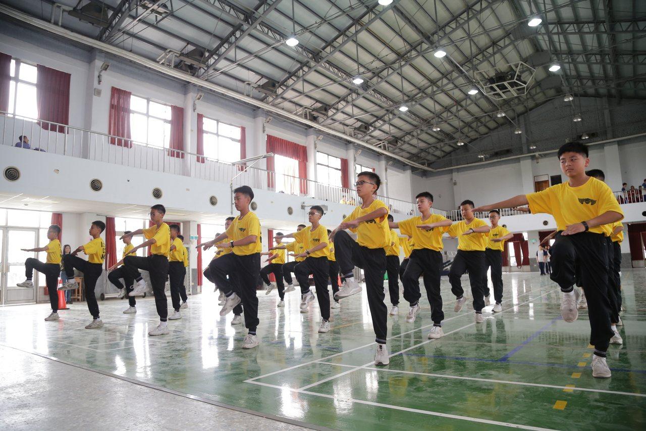 嘉義縣108學年度國中健康操比賽今天上午在民雄國中展開,每位學生努力展現平時訓練...