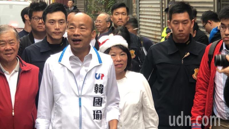 國民黨總統候選人韓國瑜(中)今天參訪後庄里民活動中心。記者李承穎/攝影