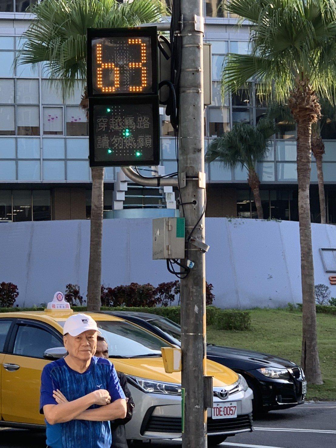 雙和醫院前的中正路因有40公尺寬,去年打造全國最大支40×40公分小綠人燈,比一...