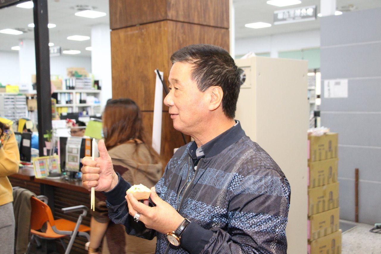 台東市長張國洲品嘗烏魚子黃金炒飯後直說讚,希望大家響應認購台東農特產,齊助植物人...