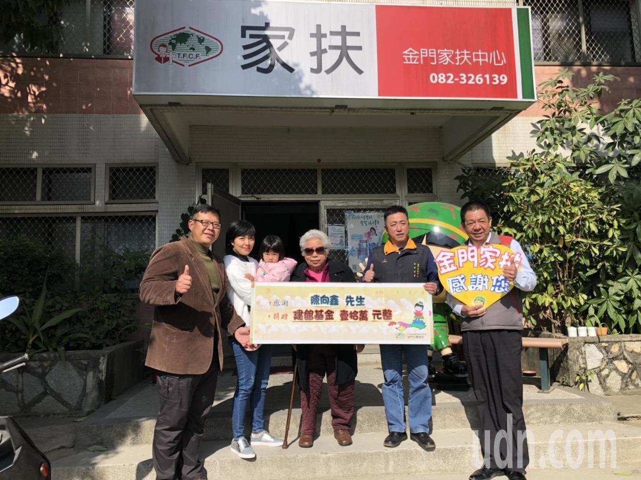 金湖鎮代表陳向鑫(左一)選在今天女兒生日的日子,偕同高齡母親與妻女,三代同堂一同...