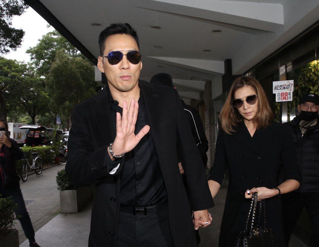 艾力克斯夫婦前往靈堂致意。記者徐兆玄/攝影