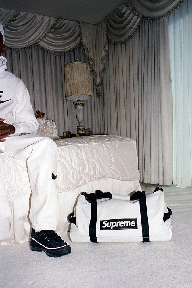 Supreme x Nike 最新聯名系列旅行袋。圖/摘自Supreme官網