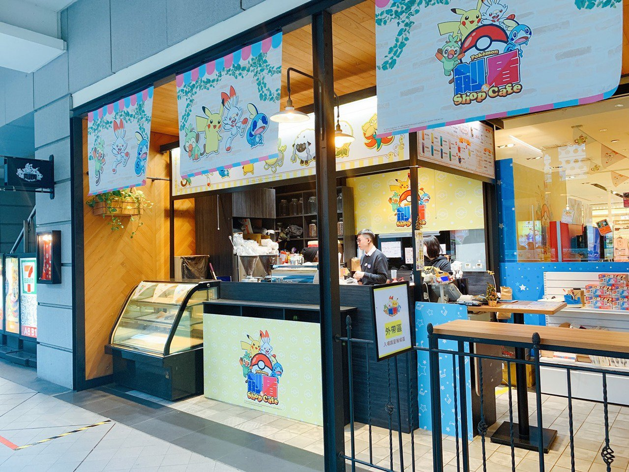 「戶外用餐區」提供各式飲品及輕食。記者徐力剛/攝影