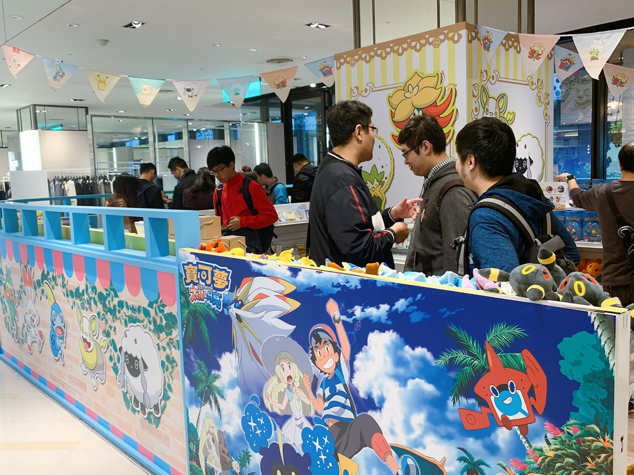 「Pokémon劍盾Shop & Café」平日午間人潮依然擁擠。記者徐力剛/攝...
