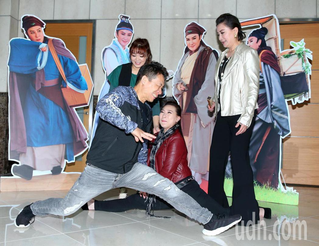 台視楊麗花歌仔戲「忠孝節義」即將尾、收視率飆高,演員陳亞蘭(右一)、郭子乾(左前