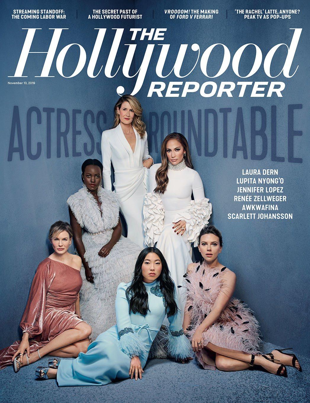 史嘉蕾喬韓森(前排右1)以Jason Wu羽飾絲質小洋裝、搭襯Brian Atw...