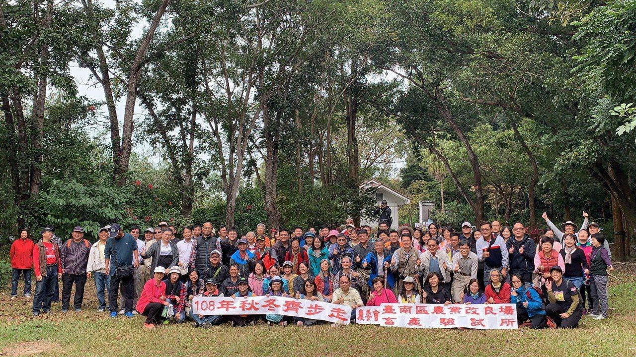農委會台南區農改場和畜試所今天在中興大學新化林場舉辦秋季健行。記者吳淑玲/攝影