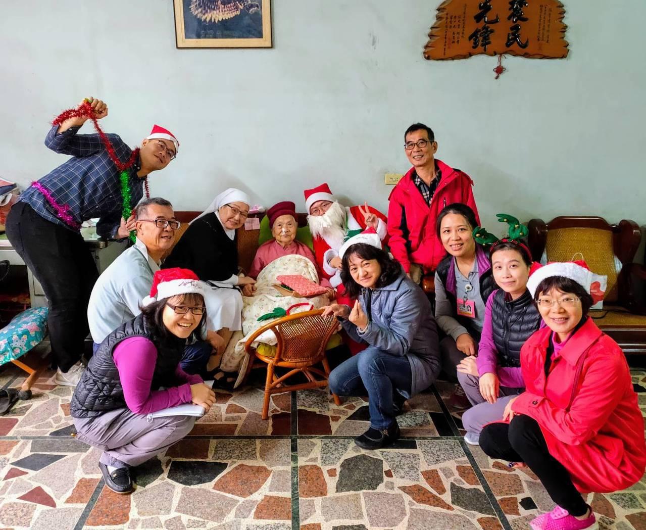 桃園市聖保祿醫院居家護理所歲末關懷聖誕報佳音團隊送暖。圖/桃園市聖保祿醫院提供
