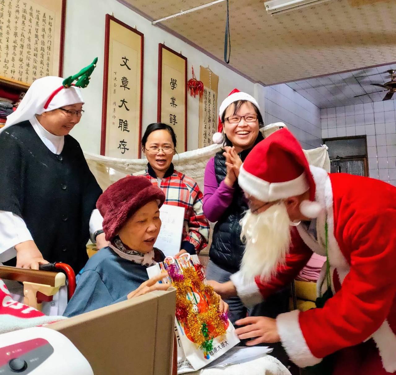 聖保祿醫院居家護理所每年12月聖誕節前,舉辦關懷長期臥床病患,與居家護理照顧者的...