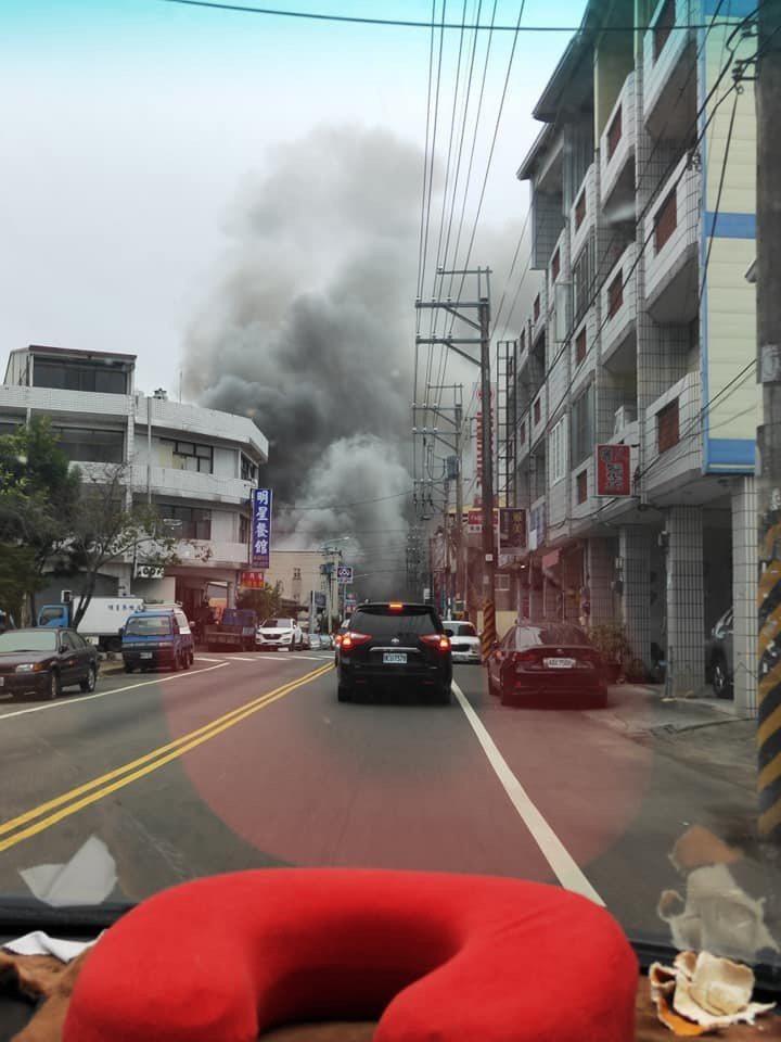 台中市新社區一間工廠100坪廠房全面燃燒,陣陣濃煙遠處可見。圖/民眾提供