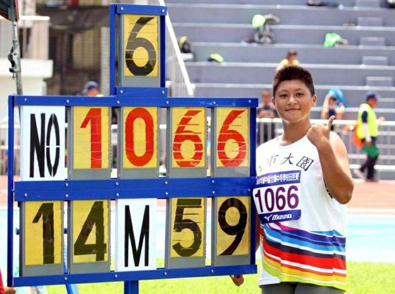 桃園市大園國中體育班國2學生薛玟玟(見圖)練鉛球嶄露頭角,在各項全國田徑錦標賽迭創佳績。圖/校方提供