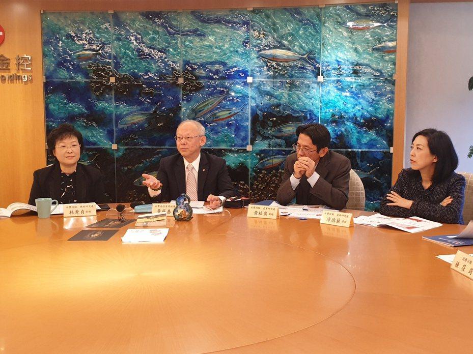 永豐金控今(4)日舉行2020年投資展望會,由永豐金控首席經濟學家黃蔭基(左二)帶領團隊主持。記者楊筱筠/攝影
