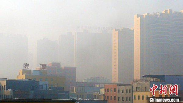 烏魯木齊市城北鯉魚山南路附近遠眺樓宇被霧氣籠罩。照片/中新網