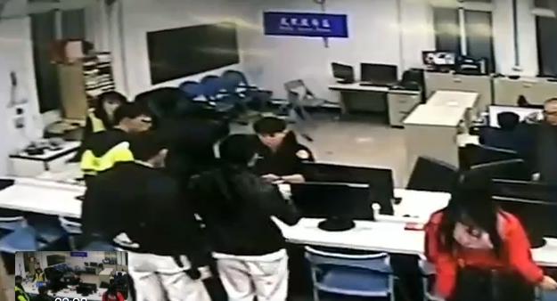 桃園市八德區有名陳姓男子遇上詐騙集團謊稱刑警,要求他立刻到ATM提款機匯款解,但...