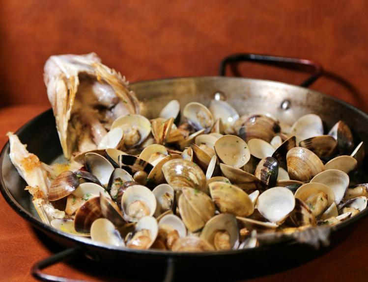巴斯克魚料理是巴斯克地區的傳統菜肴,時令鮮魚搭配大蒜蛤蜊,燒烤添加酒醋,吃起來讓...