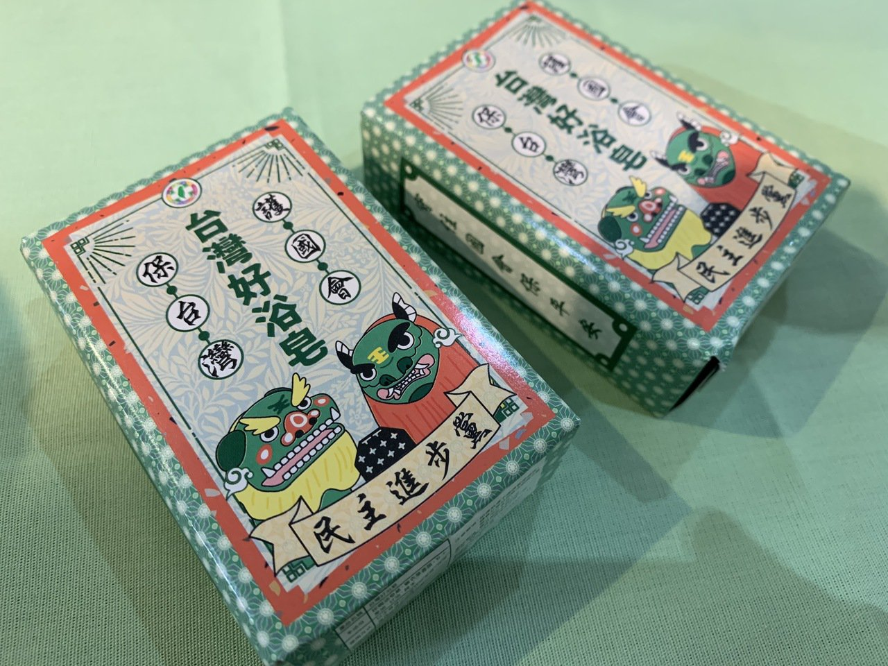 民進黨推出的文宣小物頗實用,從台灣好浴皂到青春面膜、 橡皮擦、咖啡包都有。記者翁...